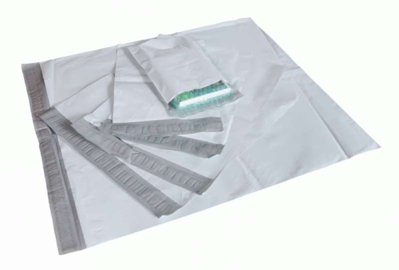 envelope de plástico com adesivo correio