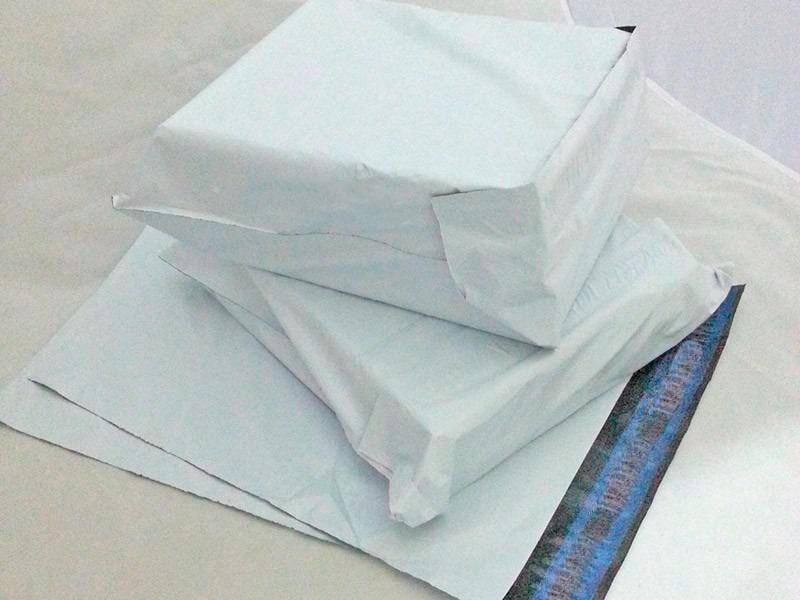 envelope de plástico com lacre de segurança