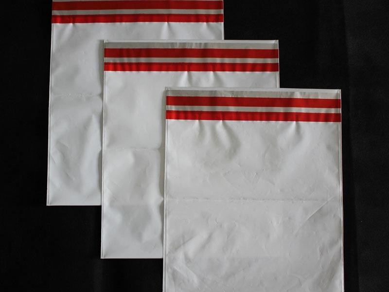 envelope feito em plástico com aba auto colante