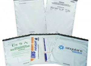 envelope com adesivo em plásticos
