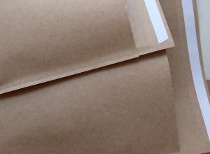 envelope em plástico com adesivo