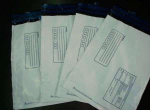 envelopes feitos em plástico de seguranças