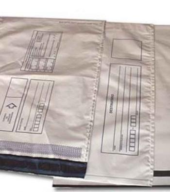 envelope com adesivo em plástico para correio